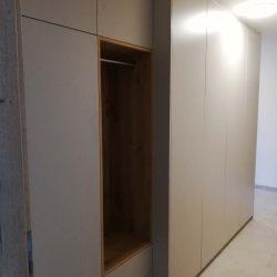Schrank im Eingangsbereich aus Massivholz